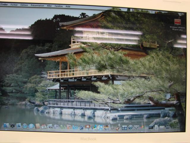 Photo du même fond d'écran, prise sur le dernier MacBook Blanc