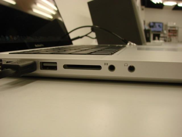 """Le MacBook Pro 15"""" a toujours bien l'entrée ligne, mais plus d'Express Card. Là, c'est les professionnels de la vidéo qui ne vont pas être content"""