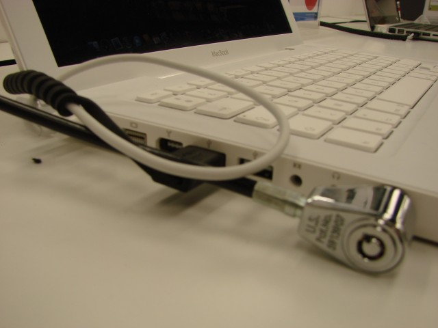 Le câble antivol Kensington empêchait l'accès aux connecteurs Audio (ici sur un MacBook Blanc)